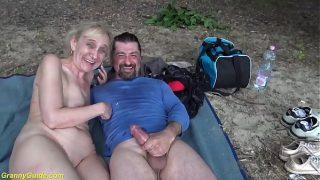 У девушки мокрощелка покраснела от энергичной дрочки резиновым членом